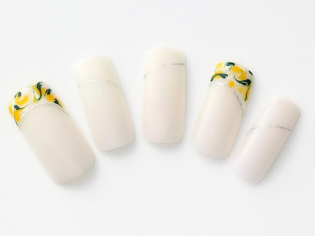 小花のようなマーブル模様のフレンチがキュートな乳白色ネイル