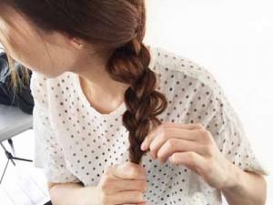 ねじってゴムでまとめるだけ!簡単三つ編みヘアレンジ