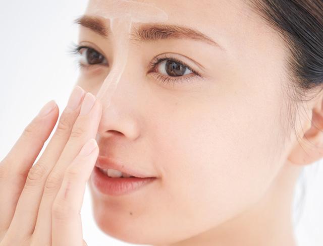 鼻筋と額の中心に部分用下地を塗り込む