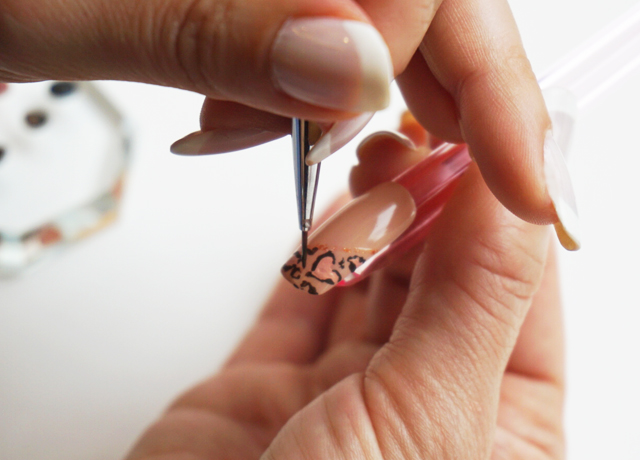 細筆を使って描く隠れハート入りヒョウ柄ネイルデザイン