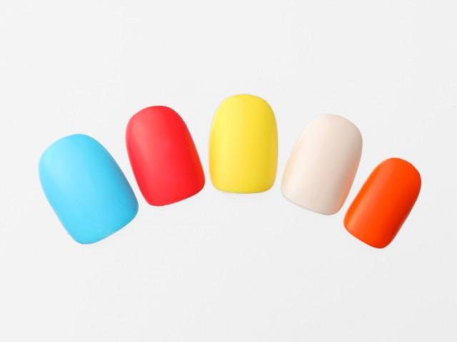 暖色×寒色を交互に塗っておしゃれに!ポップカラーの単色塗りネイル