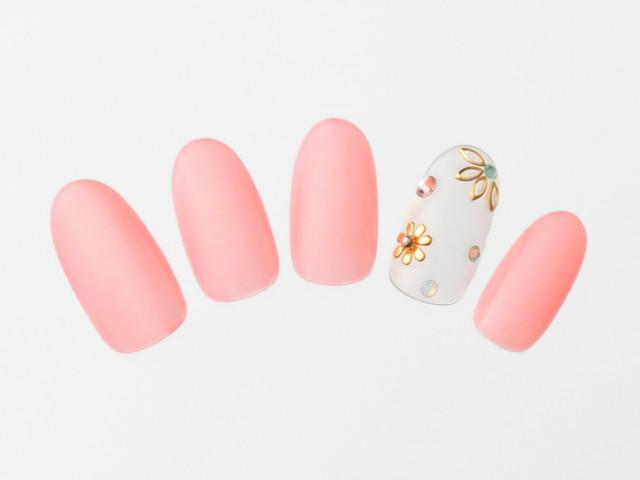 クリアなポリッシュ&ゴールドパーツが夏らしく大人な印象の花柄ピンクネイル