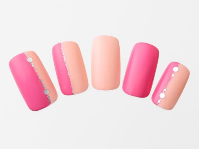 夏空に映える縦ラインでピンク&ベージュネイルをすっきりと