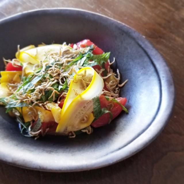 トマトとズッキーニ、じゃこ&大葉の中華風サラダ