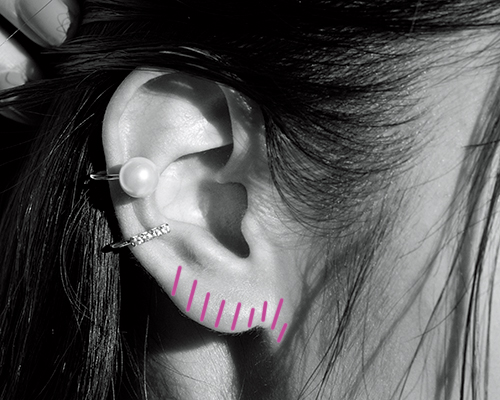 ピンクチークを耳たぶにオン!さりげない色っぽさで華やかさをプラス
