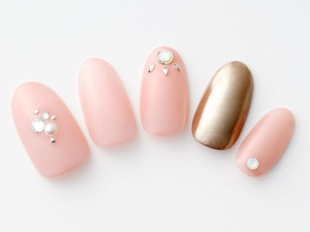 上品なピンクはブロンズとパール&ビジューで華やかさを加えて攻めモードに