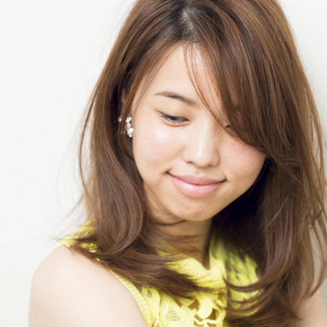 長めの流し前髪はやわらかい質感で女らしく