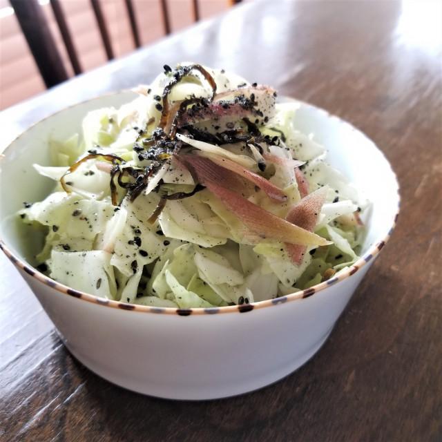 キャベツとみょうがの塩昆布サラダ