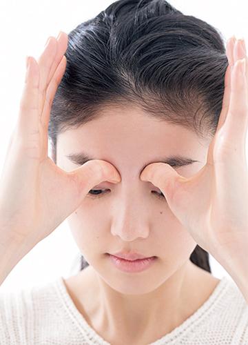 むくみがちな小鼻のわきを刺激して、鼻筋もスッと通った印象に