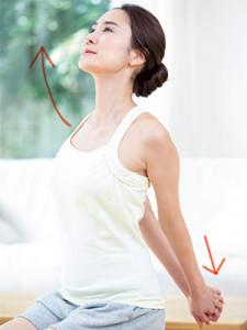 肩甲骨の間にある僧帽筋をほぐしてコリを解消する簡単ストレッチ