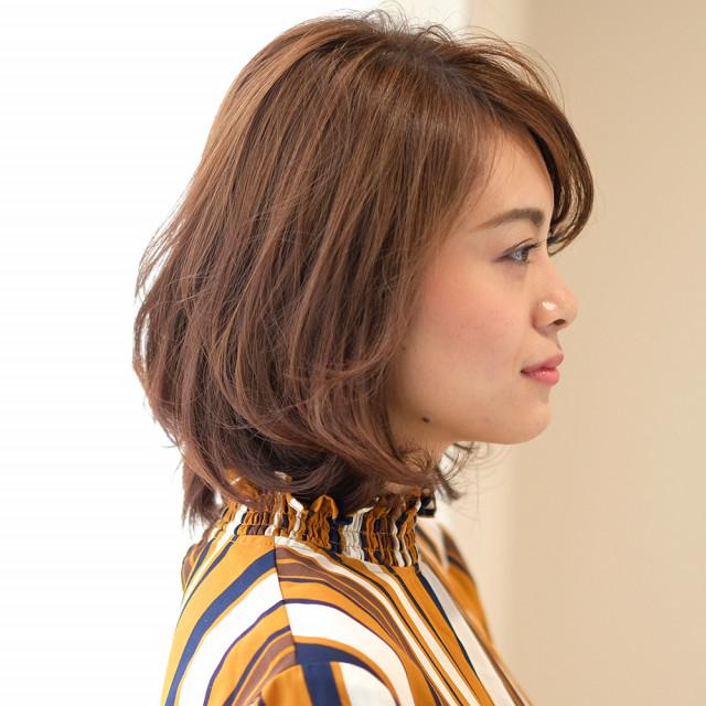 目にふんわりとかかる前髪×ミディパーマスタイル