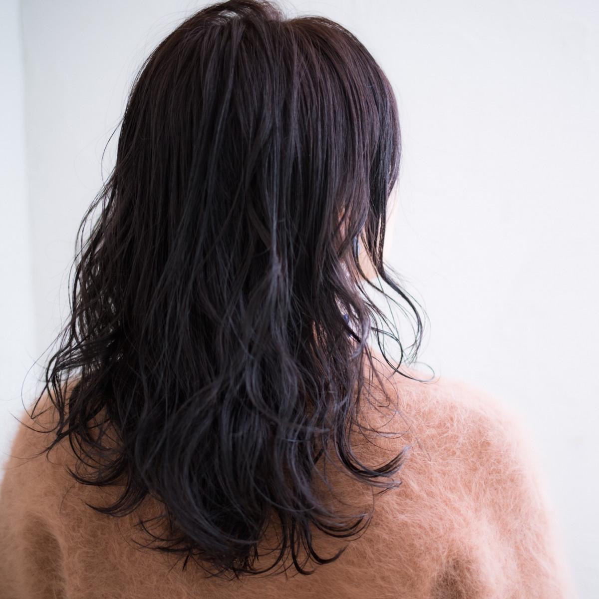 セミロング平巻きパーマさんの毛束スタイリング