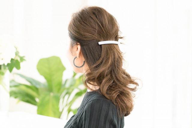 つば広ハット×ローポニーで髪をゆるっとひとつにまとめて