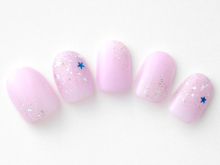 繊細な輝きとラベンダーピンクがキュートなネイル