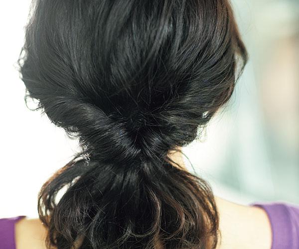 柔らかすぎる髪は定番くるりんぱでこなれ感のあるまとめ髪に