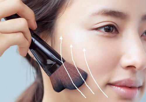 大きめのファンデーションブラシで顔の外側を中心になじませて立体感をキープ
