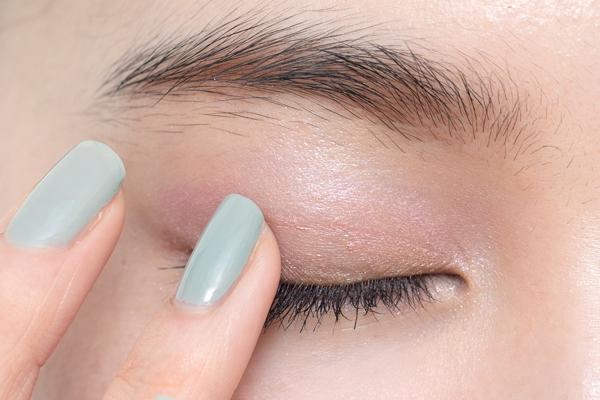 まばたきする度、視線が動く度に、まぶたが艶めき色っぽい表情に