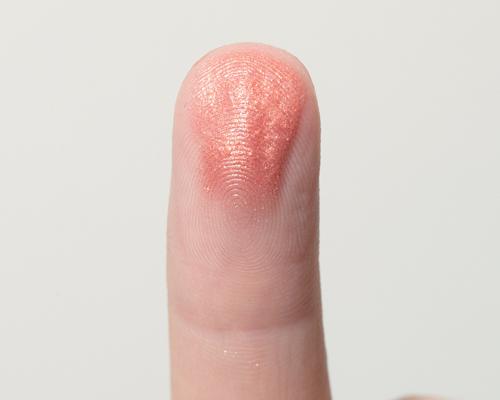 液状アイテムもパウダーも指で塗ってみて