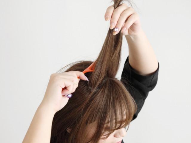 トップ短めの髪にふんわり感を出したまとめ髪アレンジ