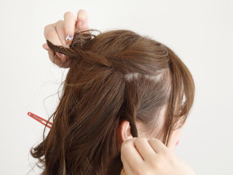 すっきりハーフアップはランダムに巻いた毛先で動きを加えて