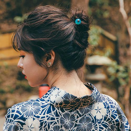 地味目カラーの和装はヘアに華やかさを