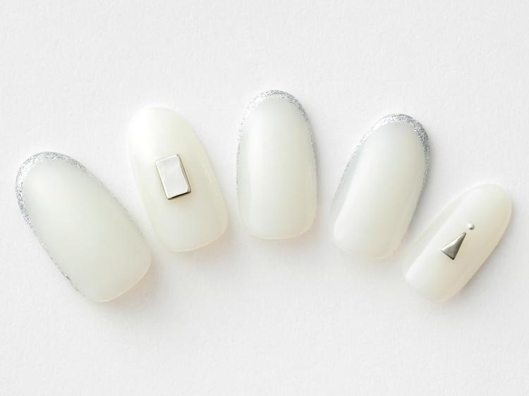 上品な乳白色で作る美人ネイル