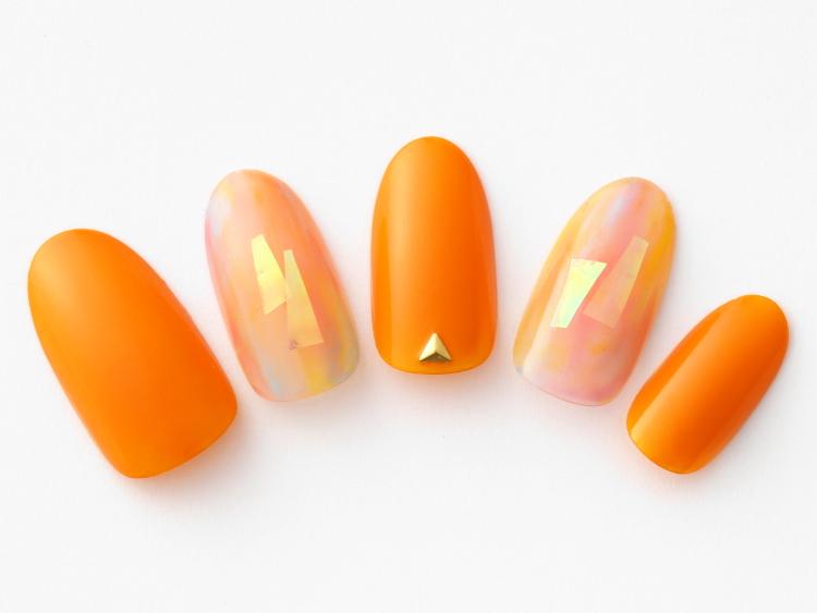 鮮やかなオレンジに太陽の光みたいなオーロラ
