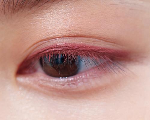 濃密ピンクの血色アイは大人美人顔を引き立てる