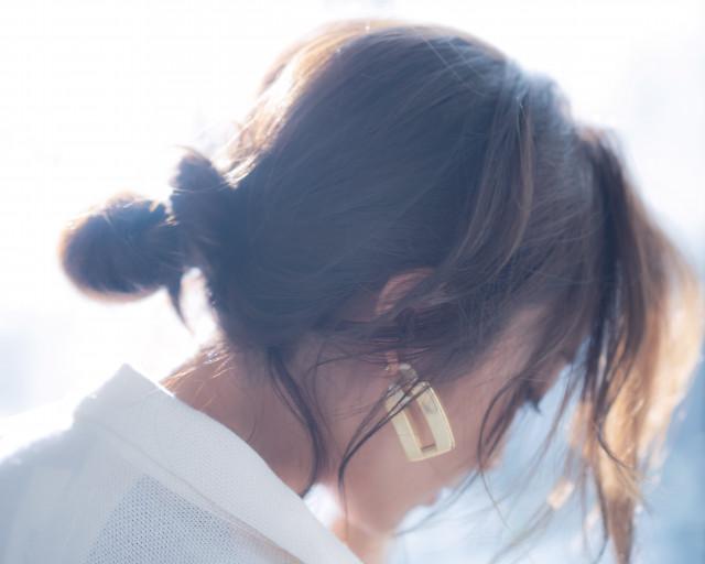 シャープさを緩和するゆるアップヘア