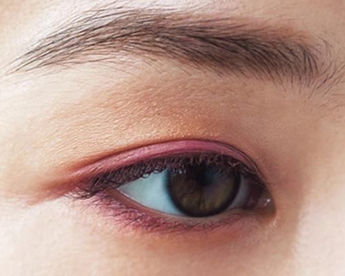 「ルナソル」のブラウン&ピンク入りアイシャドウでほんのり熱っぽい目元に