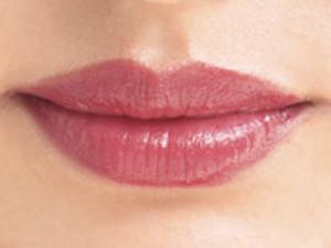 """生っぽ""""ワインレッド""""カラーリップで女っぽカジュアルな唇に"""