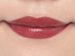 薄い唇には深みのあるレッド