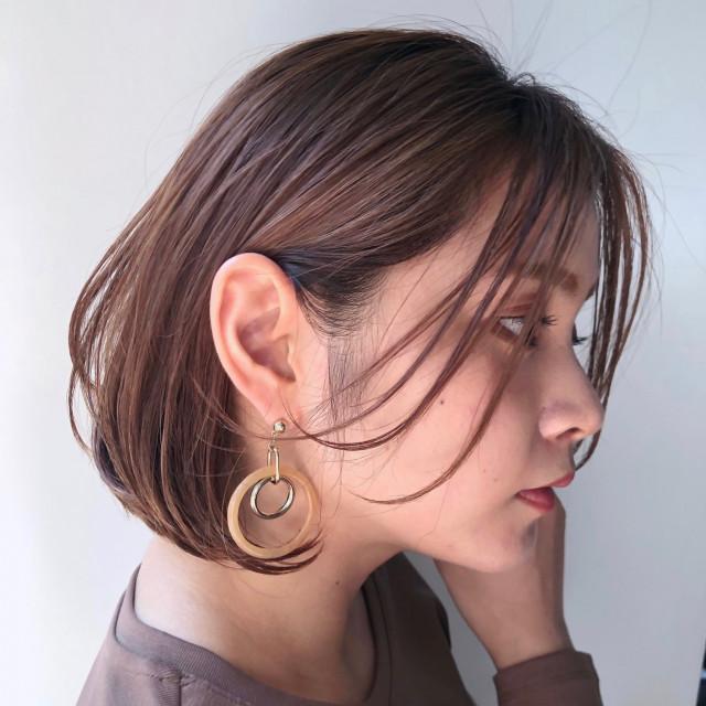 ルーズに耳にかけたシャレ感のある長め前髪が鍵