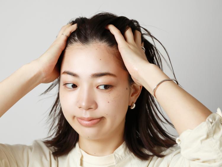 膨らんでしまう伸ばしかけヘアをピンを使ってアレンジ