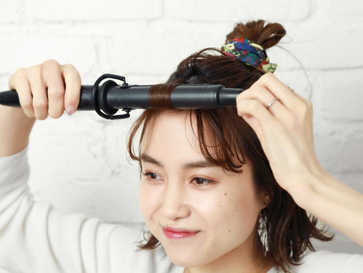 【5】短めヘアでもできるお団子ハーフアップにスカーフをプラス