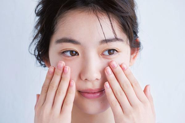 ビタミンC美容液で皮脂を抑え、開いた毛穴を引き締める