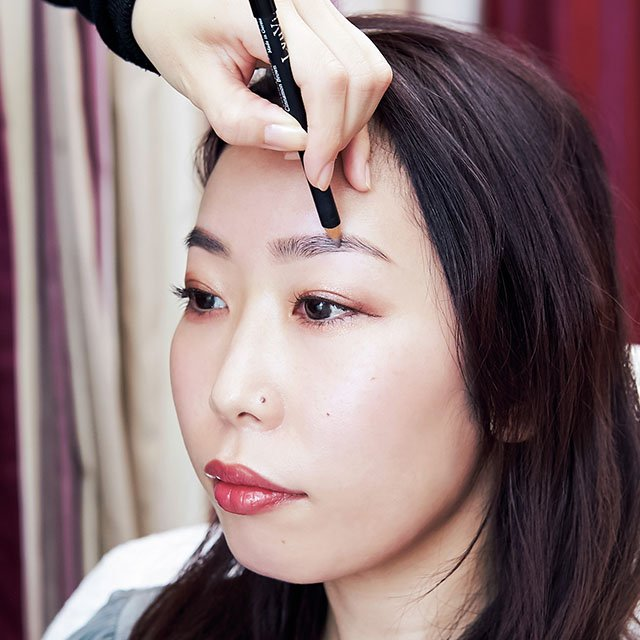 【4】眉用ジェルを塗りながら毛並みを作る