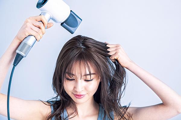 (3)全体が乾いたら、頭頂部から毛先へ、上から下に髪を軽く引っ張りながら風を当てて、キューティクルを整える。