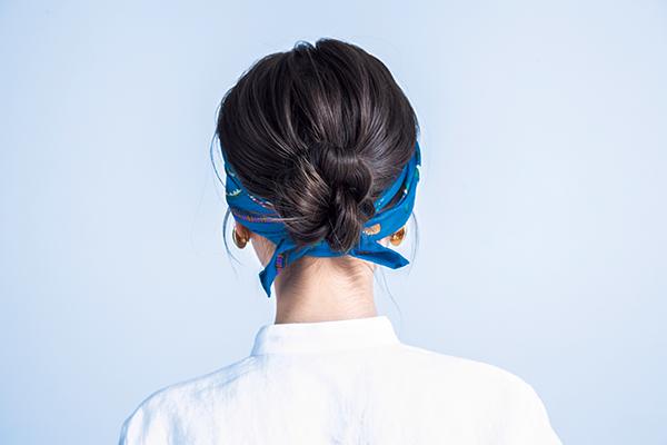 【1】湿気でうねる髪もスカーフターバンでおしゃれにまとめる