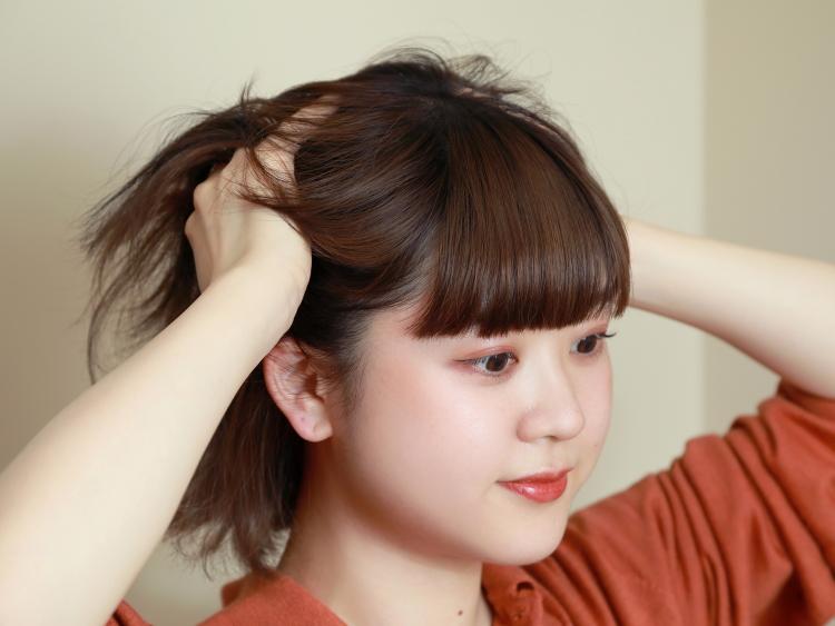 頭皮にしっかりとフォームをなじませたいので、髪をかきあげてから頭皮を手のひらで押さえてフォームをつける。その後、毛先までなじませる。