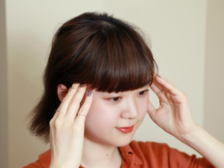 (2)重力によって頭皮は下がりやすいので、下から上へマッサージするのが基本。手を左右に小刻みに動かしながら、頭皮を傷つけないように10本の指の腹で頭皮を揉んでいく。