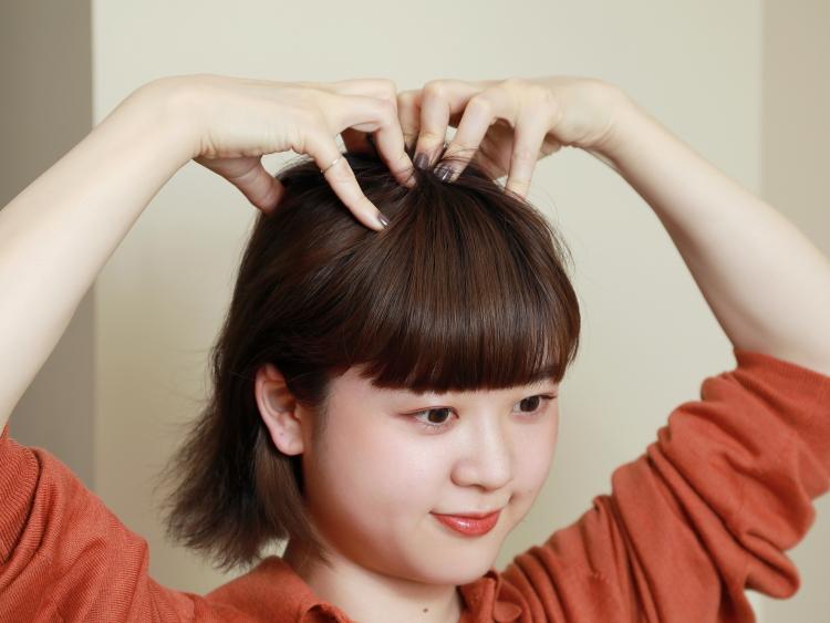 (3)頭皮の中で特に硬くなりやすいのが頭頂部。(2)で頭皮全体をマッサージしたあと、さらに頭頂部を入念にほぐす。