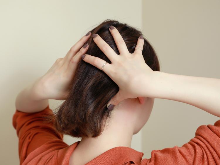 (5)やはりパソコンやスマホ生活をしていると首もコリやすいため、ツボ押しでケア。頭の後ろの首の付け根にある凹みが、首コリ解消のツボなので、親指の腹でゆっくりと刺激していく。首のコリが取れると、頭が軽くなったようなすっきり感が得られる。