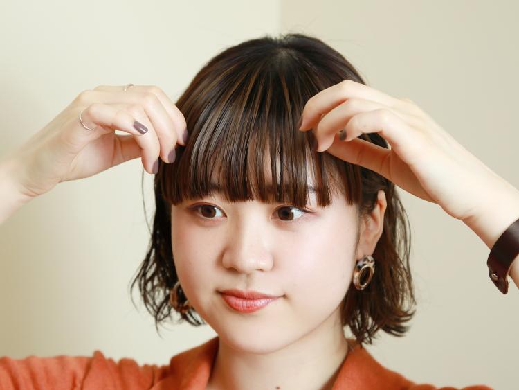 【STEP3】ヘアオイルを前髪につけて束感をプラス