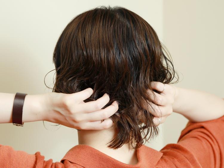 【STEP2】パーマ用のムースを毛先から揉み込む